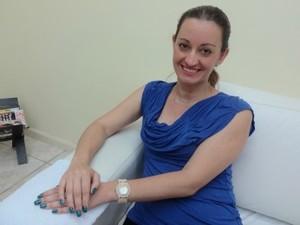 Mulheres optam por colocar os adesivos de bichinhos nas unhas (Foto: Paula Menezes/G1)