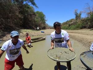 Expedicionários se uniram para tentar salvar peixes em uma poça no Rio São Francisco. (Foto: Ricardo Alves/Inter TV)