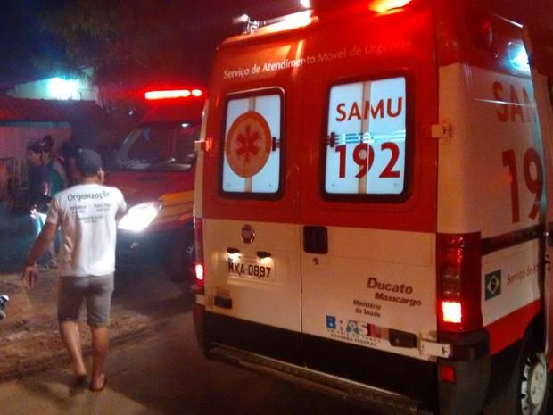 Bombeiros atendem pessoas que ficaram feridas em desabamento (Foto: Fernando Vieira/Divulgação)