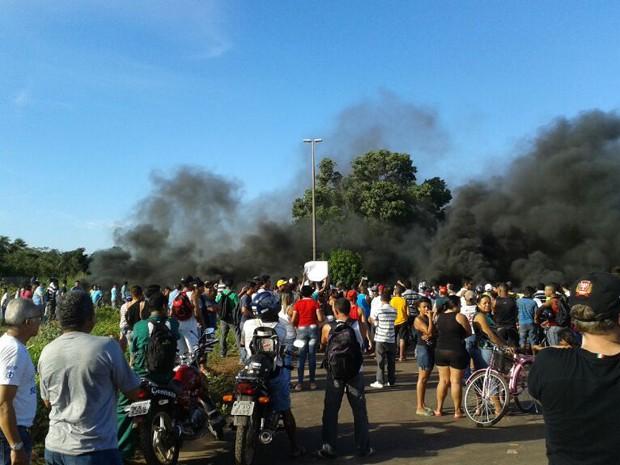 Cerca de 1.000 pessoas protestam por melhorias na Vila Itamar (Foto: Douglas Pinto/TV Mirante)