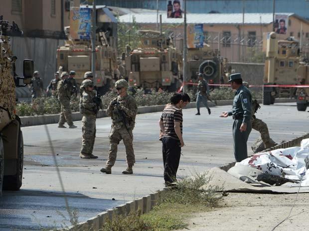 Soldados da Otan e forças de segurança do Afeganistão checam local de ataque suicida em Cabul em 11 de outubro (Foto: AFP PHOTO / Noorullah Shirzada)