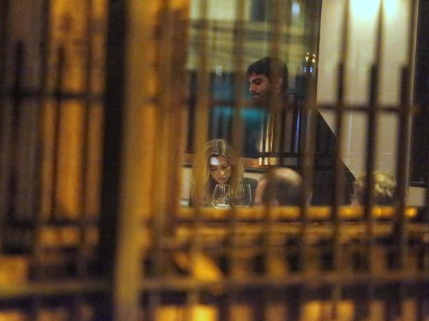 Grazi Massafera com rapaz em restaurante na Lagoa, Zona Sul do Rio (Foto: Marcello Sá Barretto/ Ag. News)
