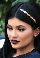 Kylie Jenner inova e lança mais uma tendência: tatuagem para os cabelos