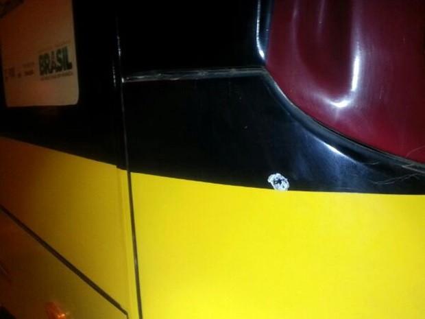 Balas atingiram a traseira do ônibus (Foto: Divulgação/PRF)