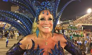 Susana Vieira machuca o pé no fim do desfile da Grande Rio