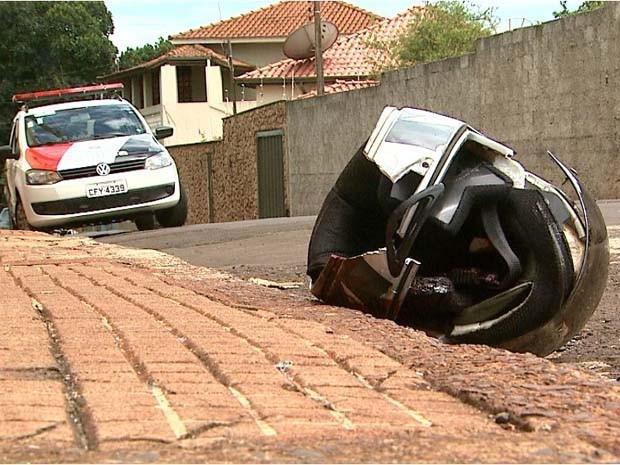 Motociclista morreu após bater moto em caminhão no centro de Cravinhos, SP (Foto: Ronaldo Gomes/EPTV)