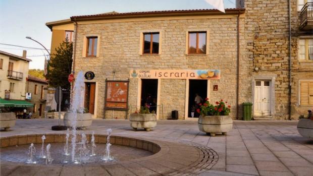 Praça na cidade de Ollolai, na ilha italiana Sardenha (Foto: Divulgação)