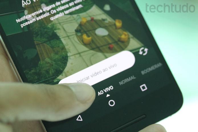 Deslize a tela para a direita e acesse a função câmera do Instagram; lá estará 'ao vivo' (Foto: Melissa Cruz / TechTudo)