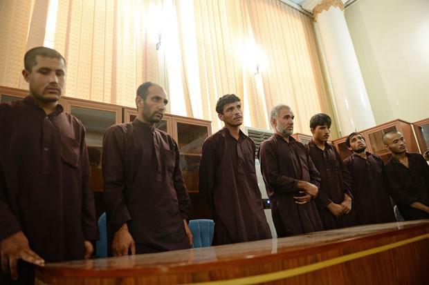 A partir da esquerda, Safiullah, Nazar Mohammad, Qaisullah, Azizullah, Samiullah, Mustafa e Jamil, que foram condenados à morte (Foto: Shah Marai/AFP)