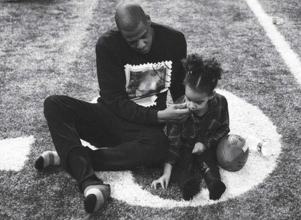 Jayz e Blue Ivy jogam futebol  (Foto: Divulgação)