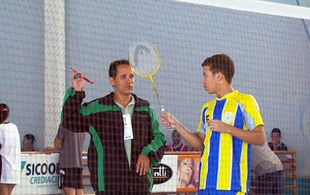 O instrutor esportivo Silvio Santos gostou do badminton (Foto: Reprodução EPTV)