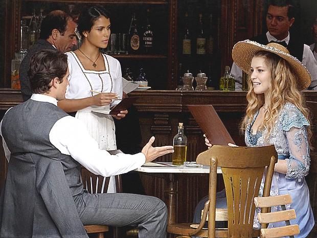 Lado a Lado – Albertinho e Esther são atendidos por Gilda no bar
