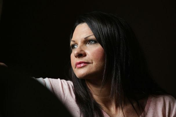 Mulher que foi abusada por sua própria mãe e padrasto faz campanha por vítimas de pedofilia