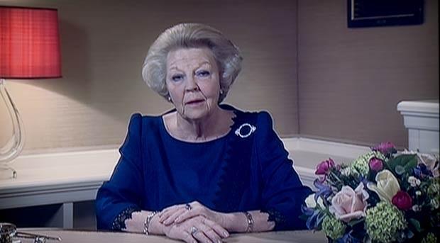 A Rainha Beatrix, da Holanda, durante o anúncio de sua abdicação, mostrado nesta segunda-feira (28) na TV holandesa (Foto: AP)
