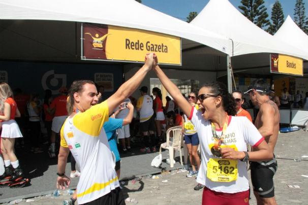 Murilo e Lorena comemoram na chegada (Foto: Bruna Borjaille)