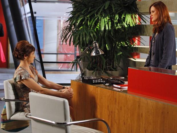 Nieta chega fula da vida na Positano querendo acabar com Veruska (Foto: Guerra dos Sexos/ TV Globo)