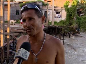 O pedreiro Admilson Oliveira convive com o avanço das águas no Aturiá, em Macapá (Foto: Reprodução/TV Amapá)