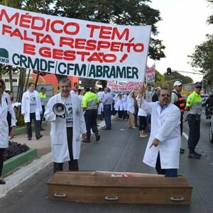 Médicos em protesto na semana passada contra a falta de investimentos na saúde, o Programa Mais Médicos e os vetos ao Ato Médico.  (Foto: Valter Campanato / ABr)