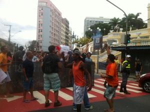 Portuário se juntama os estudantes no protesto, em Vitória (Foto: Viviane Machado/ G1)