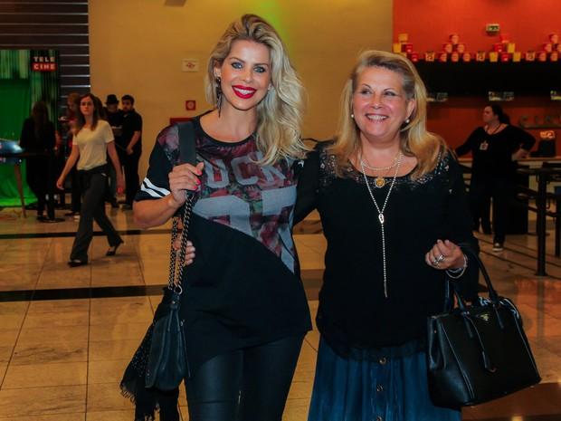 Karina Bacchi e a mãe, Nádia, em pré-estreia de filme em São Paulo (Foto: Manuela Scarpa/ Brazil News)