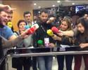 """Jogadores do Barcelona fogem da imprensa, que """"congela"""" de tanto esperar"""