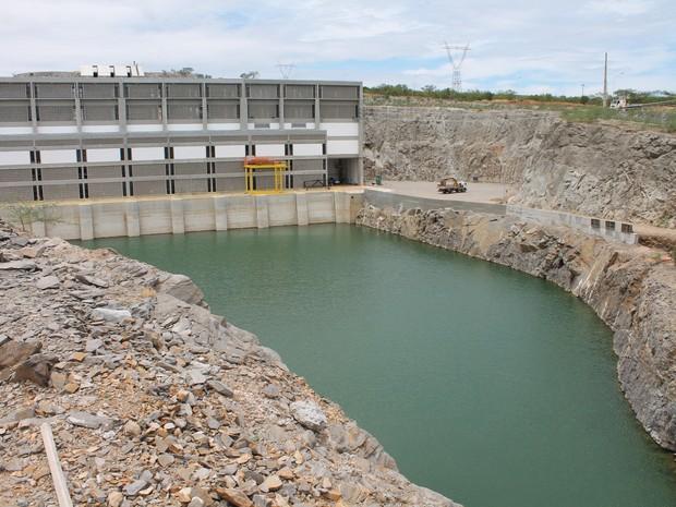 Com canal em construção, água continua represada no reservatório de terra nova (foto: taisa alencar / g1)