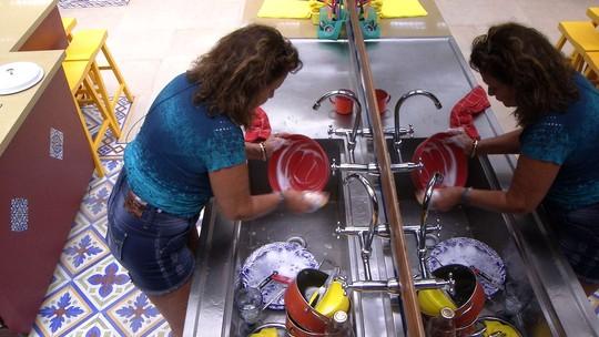 Ieda lava a louça do almoço