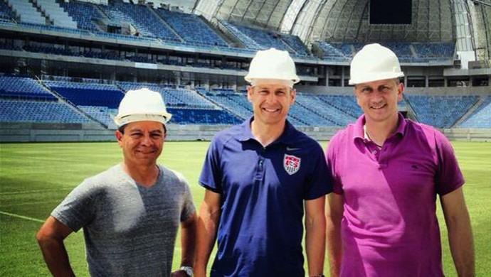Acompanhado de auxiliares, Klinsmann conheceu a Arena das Dunas na manhã deste sábado (Foto: Reprodução/Twitter)