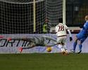 Milan tropeça outra vez no Italiano e perde a chance de encostar no Roma