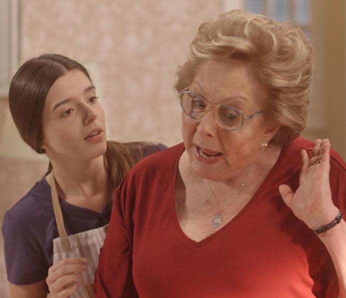 Milena é uma das pessoa que tenta acalmar a avó (Foto: TV Globo)