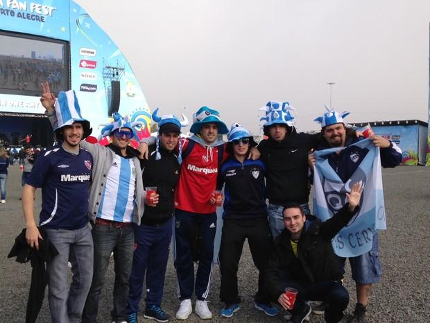 Grupo de argentinos viajaram 16 horas de carro de Buenos Aires até Porto Alegre para a Copa do Mundo (Foto: Fernanda Canofre/G1)