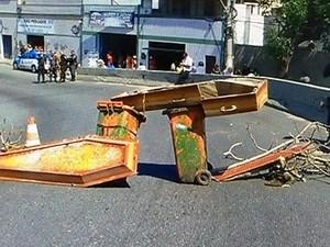 Familiares utilizaram caixões para fechar trânsito na ponte Feliciano Sodré (Foto: Reprodução)