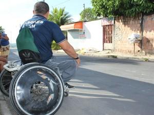 James pega dois ônibus para chegar à Vila Olímpica (Foto: Girlene Medeiros/G1 AM)
