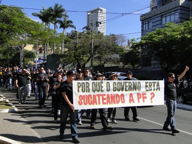 Passeata na Avenida Raja Gabaglia teve panfletagem e apoio da população (Foto: Humberto Trajano / G1)