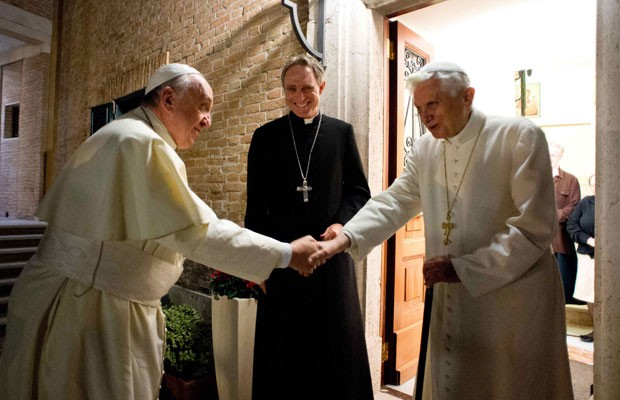 Papa Francisco (esquerda) cumprimenta o Papa emerito Bento XVI no Vaticano, nesta segunda-feira (23) (Foto: Reuters)