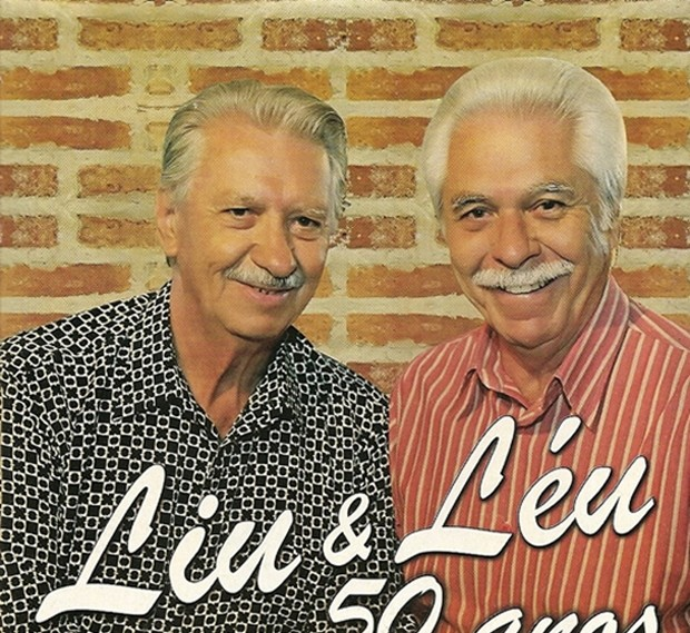 Liu (a esquerda) em foto recente com o irmão, Léu (Foto: Divulgação / Site oficial)