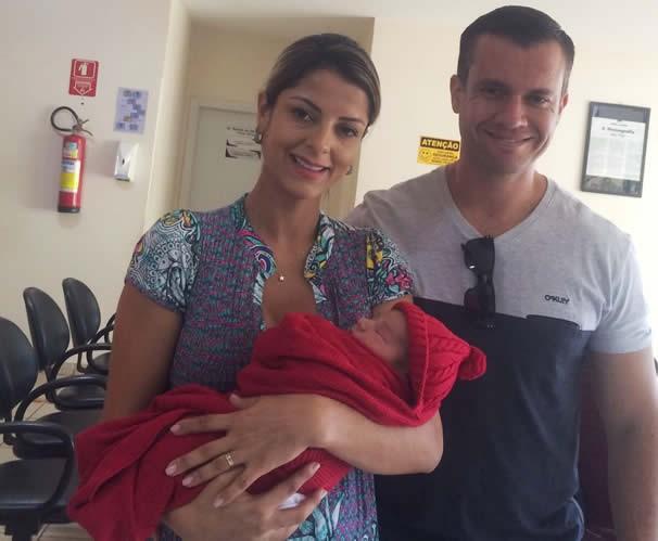 Thais Freita com Leonel nos braços e seu esposo Benito Franco. (Foto: Arquivo Pessoal)