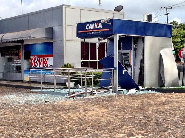 Caixa eletrônico ficou completamente destruído na comunidade de Pium, em Parnamirim (Foto: Emmily Virgílio/InterTV Cabugi)
