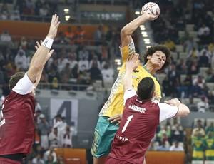 Thiagus Petrus defende o Brasil contra o Catar no Mundial de handebol (Foto: Wander Roberto/Photo&Grafia)
