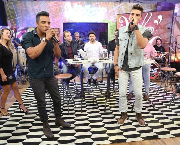 """A dupla Danilo Reis e Rafael canta """"Domingo de Manhã"""", em apresentação no The Voice Web (Foto: Isabella Pinheiro/Gshow)"""