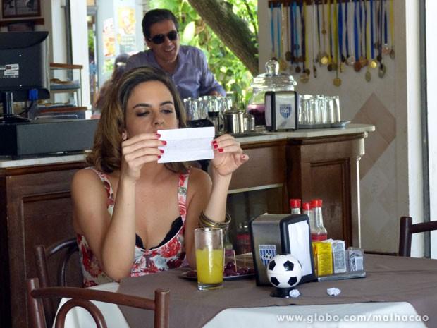 Luciana lê bilhete misterioso enviado por Abelardo (Foto: Malhação / TV Globo)
