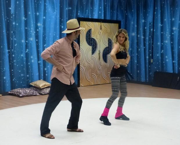 Giovanna ensaia com o professor Rogério Mendonça (Foto: Domingão do Faustão/ TV Globo)