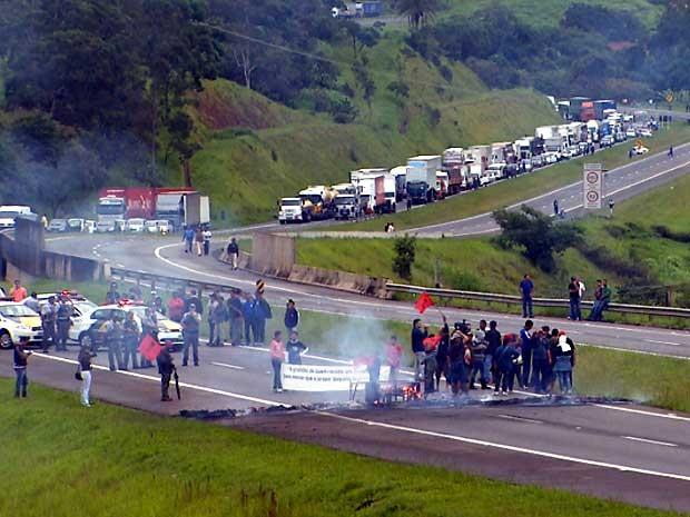 Protesto contra reintegração de posse fecha anel viário em Campinas (Foto: Reprodução EPTV)
