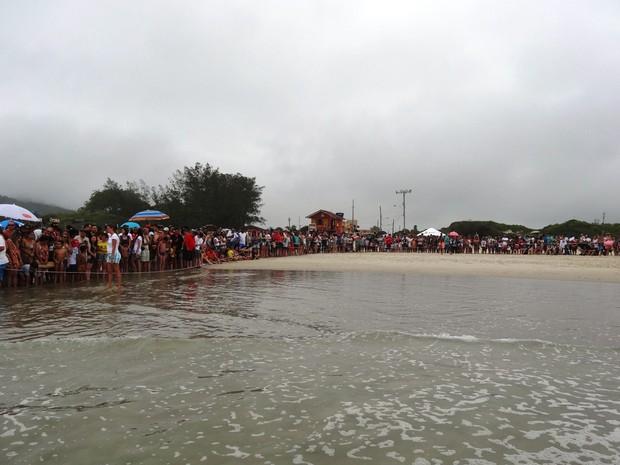 Atrás de cordão de isolamento, cerca de 700 pessoas assistiram à soltura (Foto: Tamar/Divulgação)