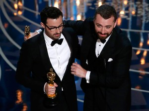 Sam Smith e Jmmy Napes recebem oscar por 'Writing's on the wall', do filme '007 contra Spectre'