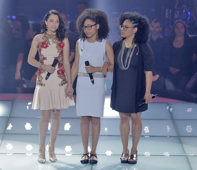 Cristyéllem Camargo e Lilian e Layane no palco do 'The Voice Brasil' (Foto: Artur Meninea/Gshow)