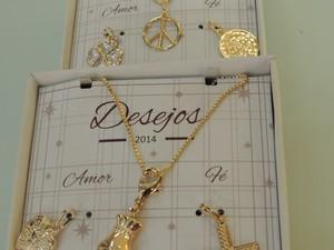Amuletos da sorte no pescoço também são apostas para o Ano Novo em loja de Mogi (Foto: Jamile Santana/G1)