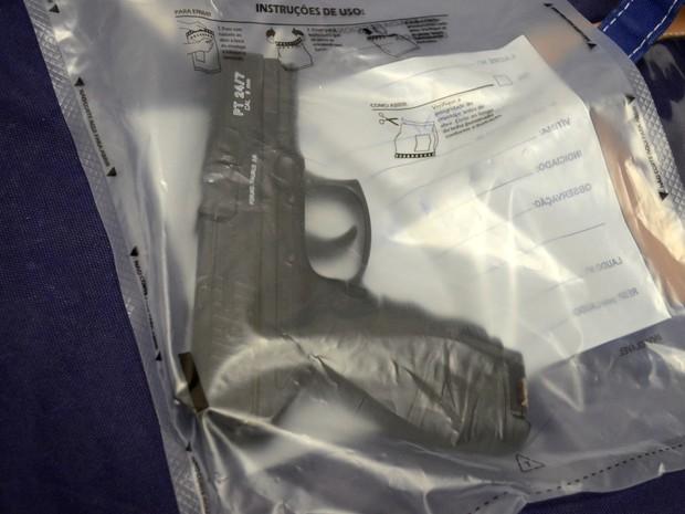 Arma de ar comprimido usada em roubo de bar em Piracicaba (Foto: Carol Giantomaso/G1)