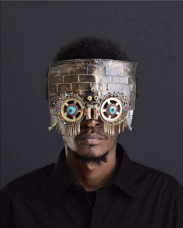 Artista queniano desenvolve óculos esculturais com objetos abandonados (Foto: Reprodução)