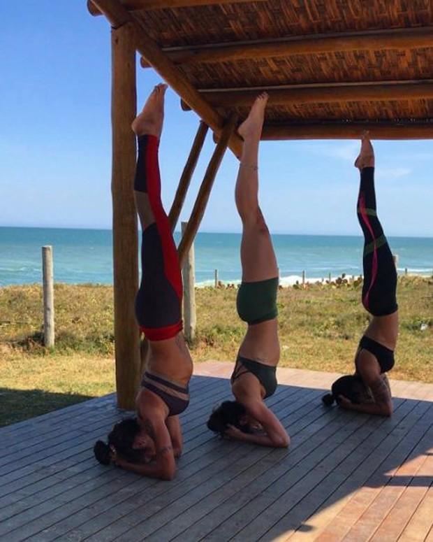 Aline Riscado em sua aula de ioga (Foto: Reprodução/Instagram)